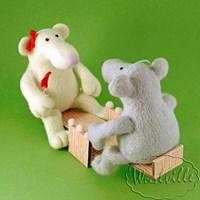 Игрушка крысы на качелях