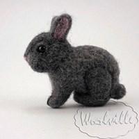 Брошь из войлока кролик